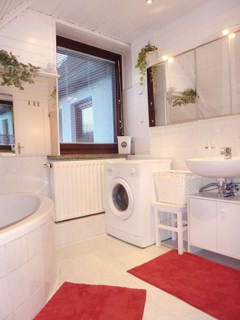 großes Bad mit Eckbadewanne und Waschmaschine